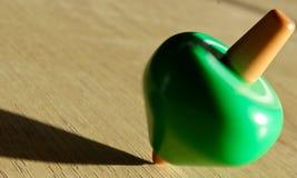 绿色抽陀螺 免版税库存照片