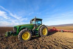 绿色拖拉机和蓝天 免版税库存图片