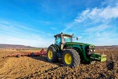 绿色拖拉机和蓝天 免版税库存照片