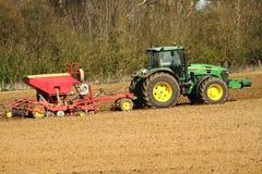 绿色拖拉机播种种子 免版税库存图片
