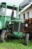 绿色拖拉机 免版税图库摄影