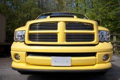 黄色拾起卡车 免版税库存照片