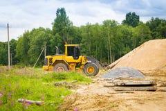 黄色挖掘机在工作 库存图片