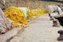 黄色捕鱼网在克利特海岛上的港口 免版税库存图片