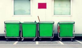 绿色推车在职员停车处站立 库存照片