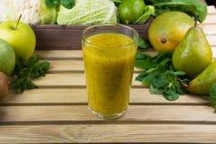 绿色新鲜的圆滑的人用水果和蔬菜 免版税库存图片