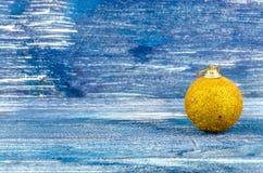 黄色新年的球 库存照片