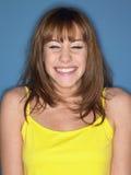 黄色无袖衫微笑的妇女 免版税图库摄影