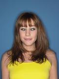 黄色无袖衫的斗眼的妇女 库存图片