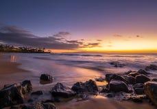 紫色日落在毛伊夏威夷 库存图片