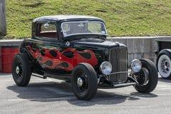 黑色旧车改装的高速马力汽车 图库摄影