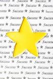 黄色星形状和纸纹理,成功构想 免版税图库摄影
