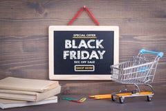 黑色星期五销售额 在木背景的黑板 免版税图库摄影