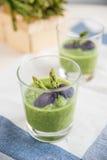 绿色春天被制成菜泥的芦笋汤 库存照片
