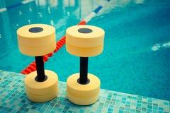 水色有氧运动的哑铃 免版税库存照片