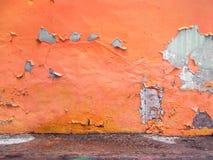 黄色有难看的东西混凝土地板的被绘的墙壁 库存照片