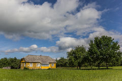 黄色木房子在Aukstaitija国家公园 免版税库存照片
