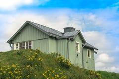 绿色木房子 免版税库存照片