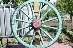 绿色木推车轮子 库存照片