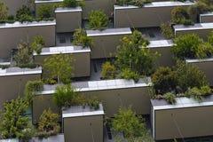 绿色未来派摩天大楼、环境和建筑学concep 库存照片