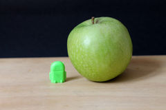 绿色机器人和苹果 库存照片