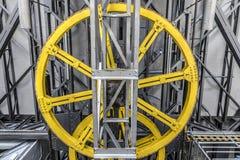 黄色机械轮子 免版税库存照片