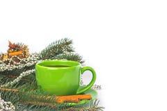 绿色杯子用桂香 免版税库存照片