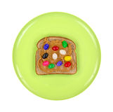 绿色板材用花生酱和软心豆粒糖在麦子面包 免版税图库摄影