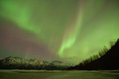 在山和湖的绿色极光 免版税库存图片