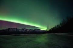 在山和一个冻湖的绿色极光 免版税库存图片