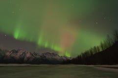 在山和一个冻湖的绿色极光 免版税库存照片