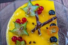 黄色果冻乳酪蛋糕用莓果 免版税库存图片