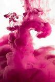紫色染料在水中 免版税图库摄影