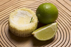 绿色柠檬酸和薄荷在木背景 库存照片