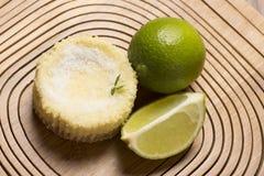 绿色柠檬酸和薄荷在木背景 免版税库存图片