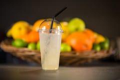 黄色柠檬水,由新鲜水果制成 免版税图库摄影