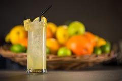 黄色柠檬水,由新鲜水果制成 免版税库存照片