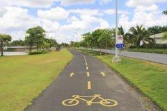黄色标志当自行车道在公园, Nakhonratchasima, Th 免版税库存图片
