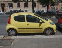 黄色标致汽车107在罗马 库存照片