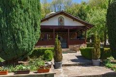 绿色树和教会在Temski修道院圣乔治,皮罗特,共和国里塞尔维亚 免版税库存图片