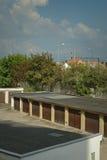 绿色树和车库在春天捷克共和国的Chomutov市 库存图片