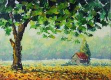 绿色树在领域秋天,下落的叶子 免版税库存照片