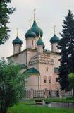绿色树,绿草,绿色教会圆屋顶 免版税库存照片