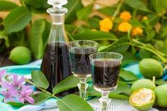 从年轻绿色核桃的利口酒 免版税库存图片
