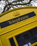 黄色根西岛电话箱子 库存照片