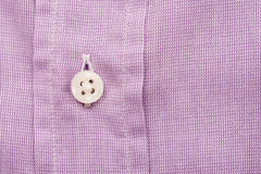紫色桃红色偶然人衬衫纽扣 图库摄影