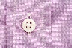 紫色桃红色偶然人衬衫纽扣 免版税库存照片