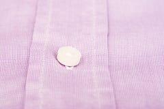 紫色桃红色偶然人衬衫纽扣 免版税库存图片