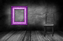 紫色框架和木头椅子在有灰色石墙的内部屋子里 库存照片
