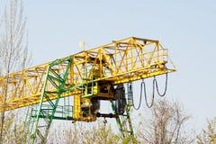 黄色桥式起重机 免版税库存图片
